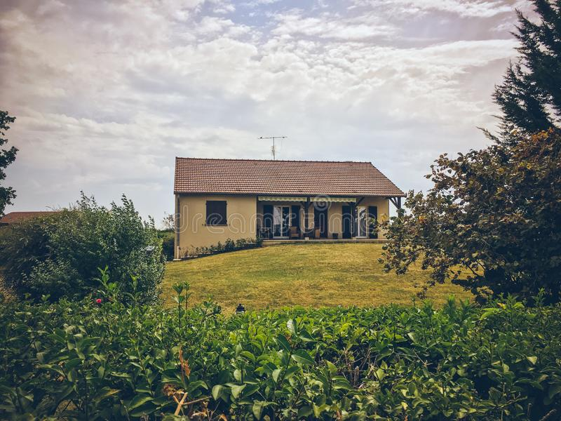 19 de julio de 2017 Región de Ameugny Francia Borgoña del pueblo en verano Fachada de piedra vieja de las construcciones de vivie fotografía de archivo libre de regalías