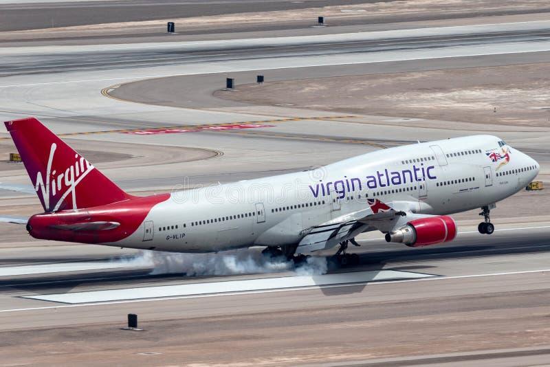 De jumbojet van Virgin Atlantic Airways Boeing 747-400 wat betreft neer op de baan bij de Internationale Luchthaven van McCarran  stock foto's