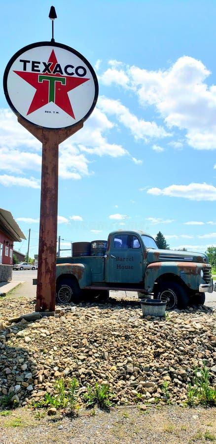 22 de junho de 2019 - caminhão de coleta antigo e sinal de Texaco em frente ao restaurante Barrel House localizado em Kane, PA fotografia de stock royalty free