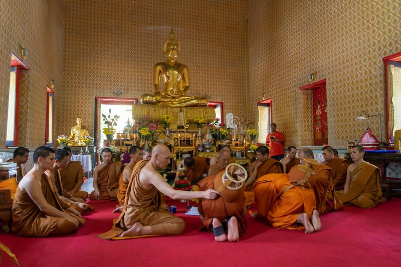 24 de junho de 2018: Chonburi, Tailândia: Classificação da monge budista imagens de stock