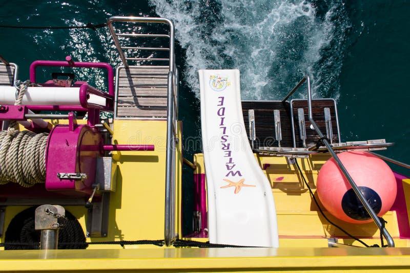 16 de junho de 2017, Porto Colom, Mallorca, Espanha - o barco da aventura do mar da estrela do mar desliza o uso dos passageiros fotografia de stock