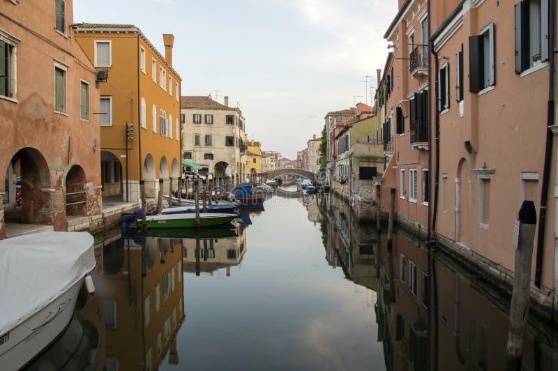 15 de junho de 2017 início da noite em ruas de Chioggia, cena romântica com canal, barcos, construções históricas velhas fotografia de stock