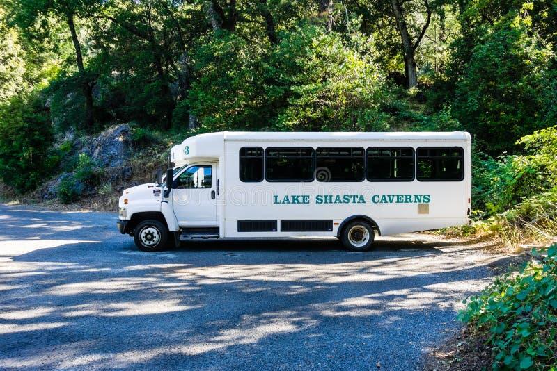 26 de junho de 2018 Lakehead/CA/ônibus das cavernas Shasta dos EUA - lago que espera para tomar visitantes até as cavernas imagens de stock royalty free