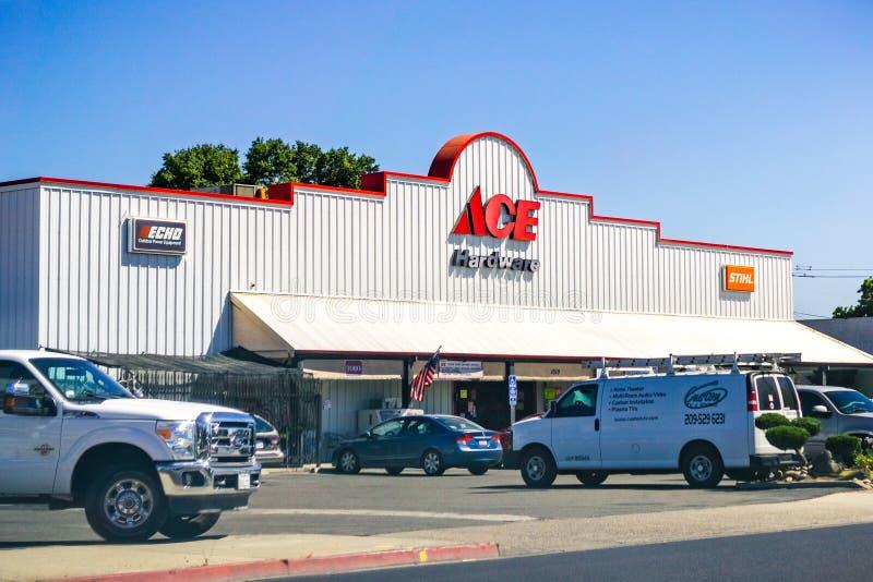 26 de junho de 2019 Oakdale/CA/EUA - entrada da loja de ferragens de ACE; O hardware de ACE é a cooperativa varejo do hardware o  fotos de stock