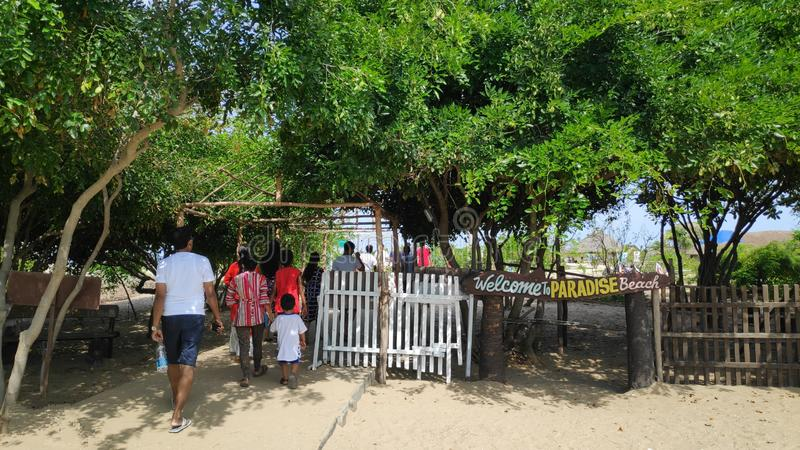 28 de junho de 2019, praia de Paradise, Pondicherry, Índia Os povos estão na maneira à praia Esta é a via principal da praia foto de stock