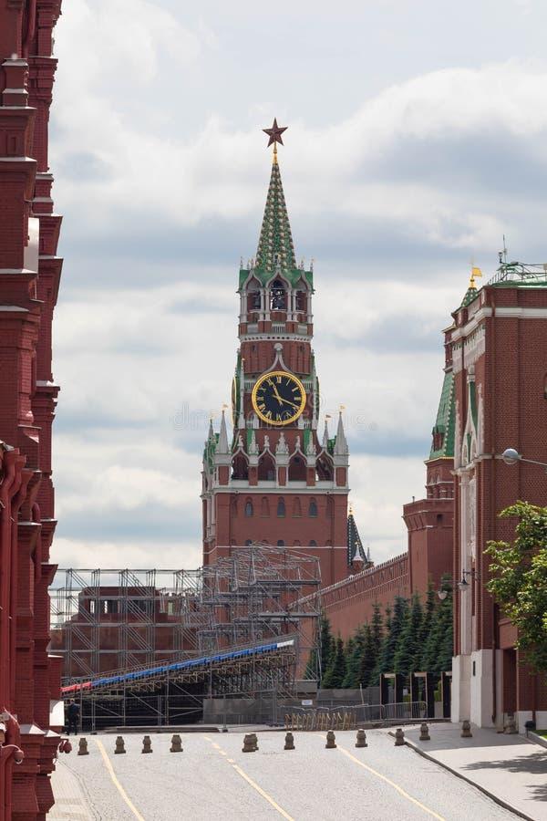 14 de junho de 2018 Rússia, Moscou, uma vista da torre de Spasskaya do Kremlin da rua de Tverskaya fotos de stock royalty free