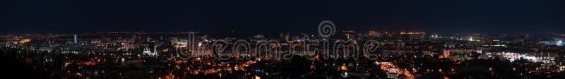 19 DE JUNHO DE 2019, Rússia, Saratov: Panorama da noite da cidade de Saratov foto de stock royalty free