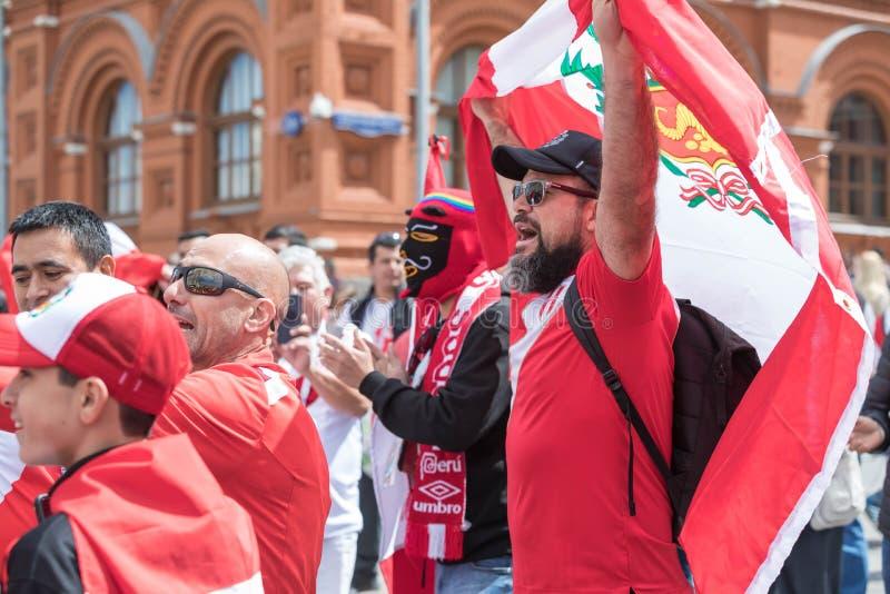 14 de junho de 2018 R?ssia, Moscou, FIFA, fan de futebol recolheu no quadrado vermelho, guarda uma bandeira do Peru do pa?s foto de stock