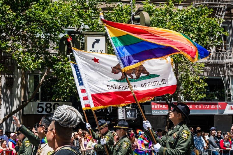 30 de junho de 2019 San Francisco/CA/EUA - a bandeira da república de Califórnia, o LGBT Pride Flag e a bandeira dos EUA levaram  imagem de stock royalty free