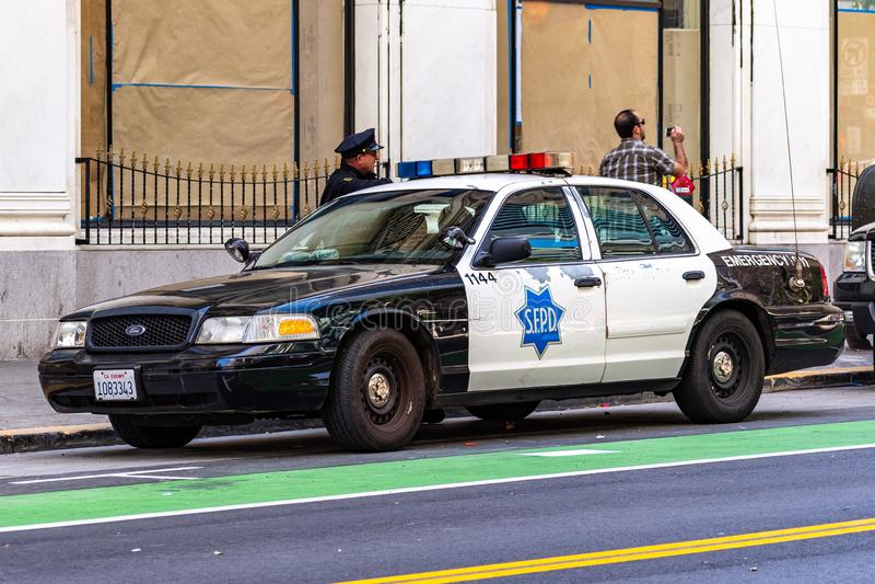 30 de junho de 2019 San Francisco/CA/EUA - carro da polícia de San Francisco Police Department SFPD estacionado perto de Market S fotos de stock