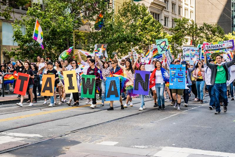 30 de junho de 2019 San Francisco/CA/EUA - membros da comunidade taiwanesa que participa no SF Pride Parade em Market Street dent fotos de stock