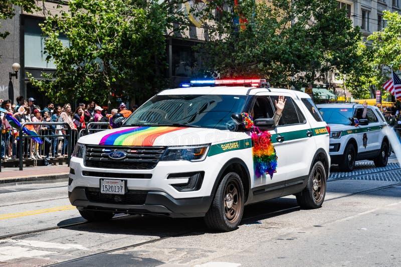 30 de junho de 2019 San Francisco/CA/EUA - membros e veículos de SFPD que participam no SF Pride Parade em Market Street dentro fotografia de stock royalty free