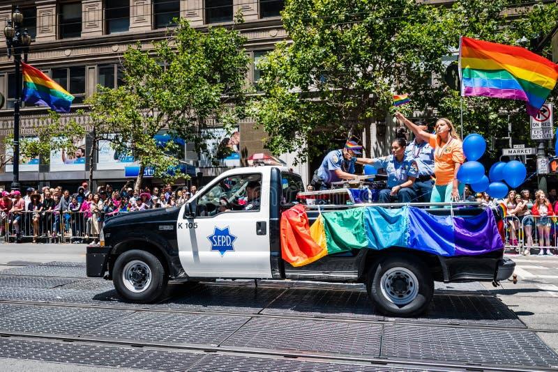 30 de junho de 2019 San Francisco/CA/EUA - membros e veículos de SFPD que participam no SF Pride Parade em Market Street dentro fotos de stock