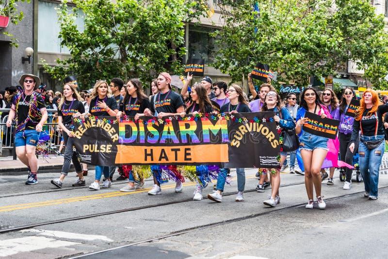 30 de junho de 2019 San Francisco/CA/EUA - recorde que sobreviventes do pulso/desarma os sinais do ódio levados por participantes foto de stock royalty free