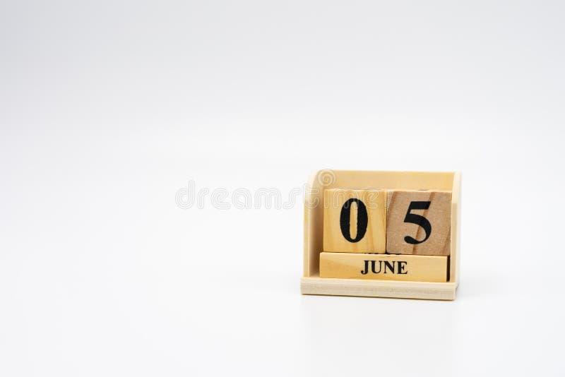 5 de junio calendario de madera en fondo abstracto de madera del vintage D?a del ambiente mundial con el espacio de la copia para fotos de archivo libres de regalías