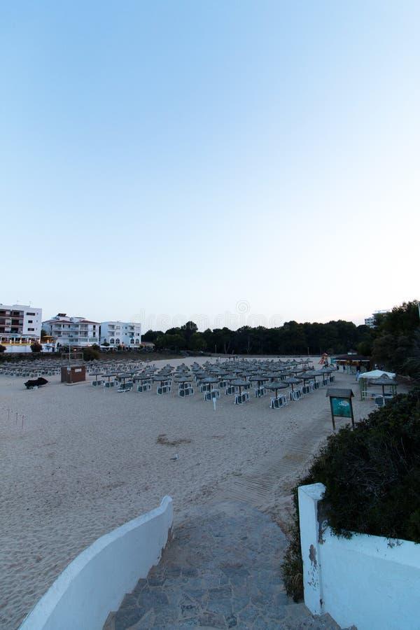 16 de junio de 2017, Felanitx, España - vista de los parasoles de playa de Cala Marcal y de los sunbeds fotos de archivo libres de regalías
