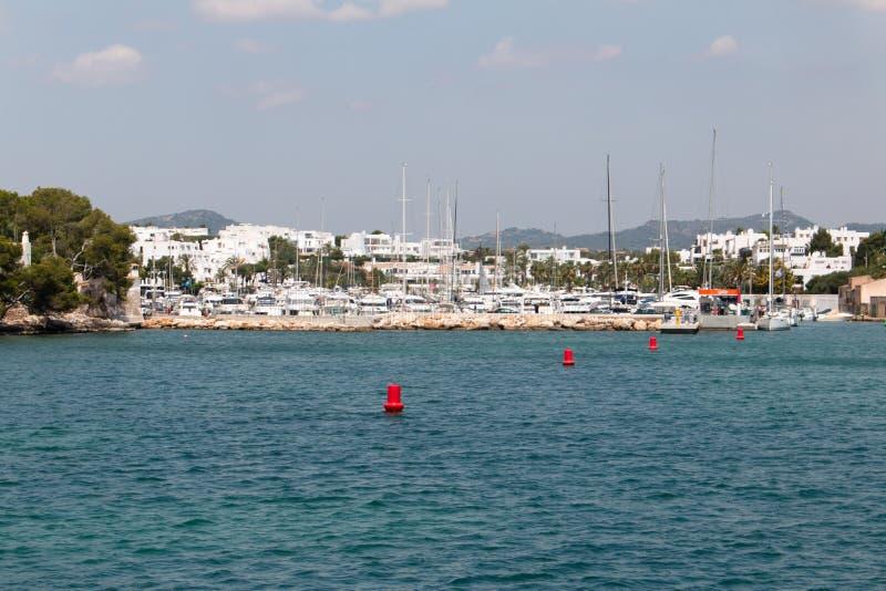 16 de junio de 2017, Oporto Colom, España - vista del puerto de Oporto Colom y de la ciudad vieja imagen de archivo