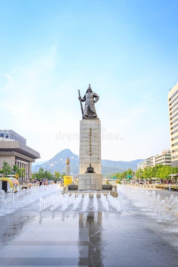 19 de junio de 2017 plaza de Gwanghwamun con la estatua del almirante Yi foto de archivo