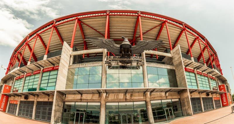 25 de junio de 2018, estatua de Lisboa, Portugal - de Eagle y e pluribus unum del lema en Estadio DA Luz, el estadio para el depo foto de archivo