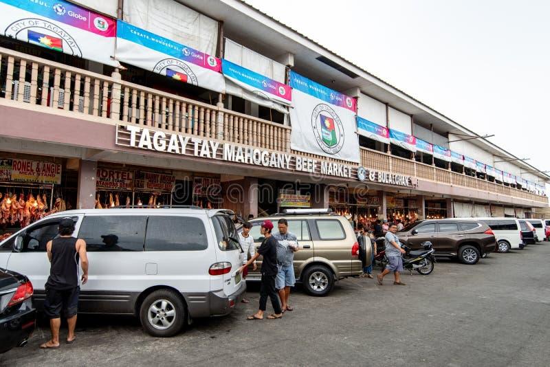 2 de junio de 2018: Gente que compra carne de vaca en el mercado de caoba, Tagaytay, Filipinas fotos de archivo