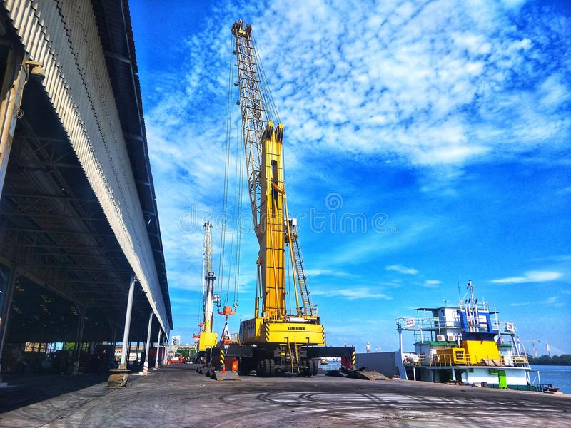 10 de junio de 2018 - grúa de área de embarque que trabaja en el puerto de BMT, Thaliand foto de archivo libre de regalías