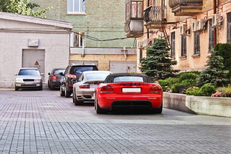 17 de junio de 2018, Kiev, Ucrania Veneno 1000 Turbo gemelo y Porsche 911 Turbo de Hennessey de la víbora de Dodge Visión posteri imagen de archivo libre de regalías