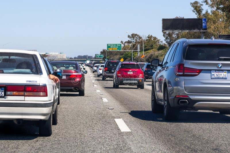 30 de junio de 2019 Millbrae/CA/los E.E.U.U. - atasco en la autopista sin peaje 101 en área de la Bahía de San Francisco, cerca d fotos de archivo