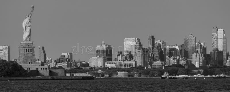 7 DE JUNIO DE 2018, Nueva York, NY, los E.E.U.U. - estatua de las miradas de la libertad hacia Brooklynm, NY fotografía de archivo
