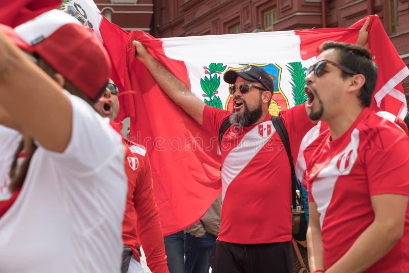 14 de junio de 2018 Rusia, Moscú, la FIFA, fanáticos del fútbol ha recolectado en Plaza Roja, sostiene una bandera del país Perú imagen de archivo