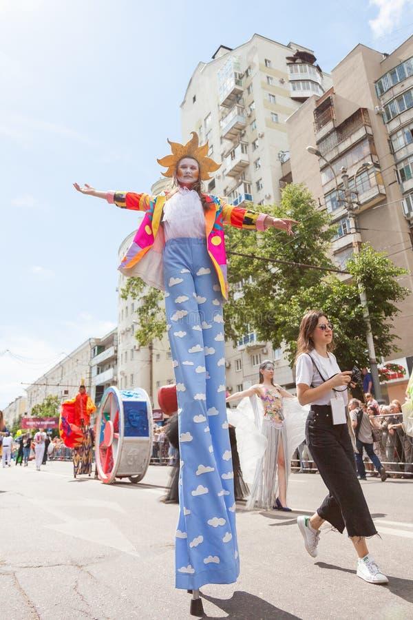 12 de junio de 2018, RUSIA, VORONEZH: Desfile de los teatros de la calle Festival platónico internacional fotos de archivo libres de regalías