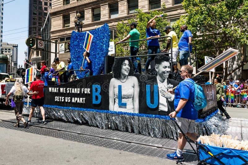 30 de junio de 2019 San Francisco/CA/los E.E.U.U. - escudo azul California que participa en el SF Pride Parade en Market Street e imagen de archivo libre de regalías