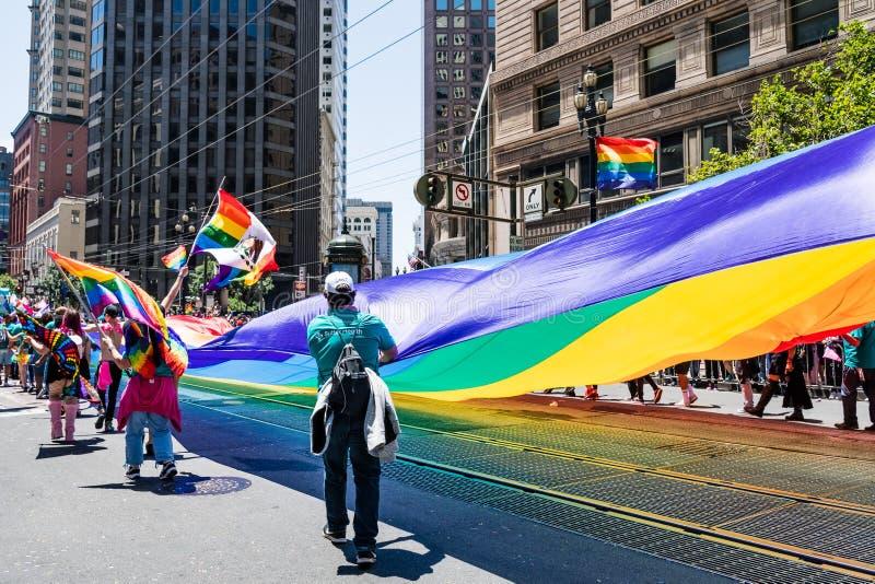 30 de junio de 2019 San Francisco/CA/los E.E.U.U. - LGBT gigante Pride Flag llevó en el SF Pride Parade en Market Street en San c fotografía de archivo libre de regalías