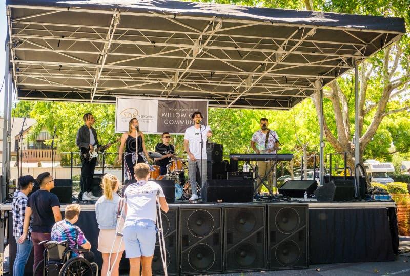 """16 de junio de 2018 San Jose/CA/los E.E.U.U. - banda local que canta en una de las etapas del """"Dancin' en el  Live Music Blo fotografía de archivo"""