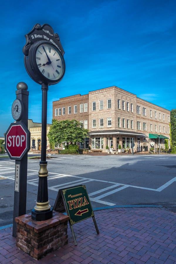 26 de junio de 2017 SENOIA GEORGIA - - pequeña ciudad y reloj históricos en el sur donde está el caminar absolutamente Urbano, pe imágenes de archivo libres de regalías