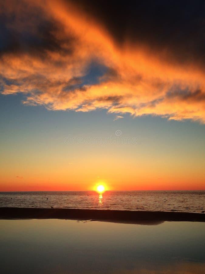 De Jurmalazonsondergang betrekt zon van de overzeese de romantische hemel van de de vrijheidsspiegel kalmteavond in het overzees royalty-vrije stock foto