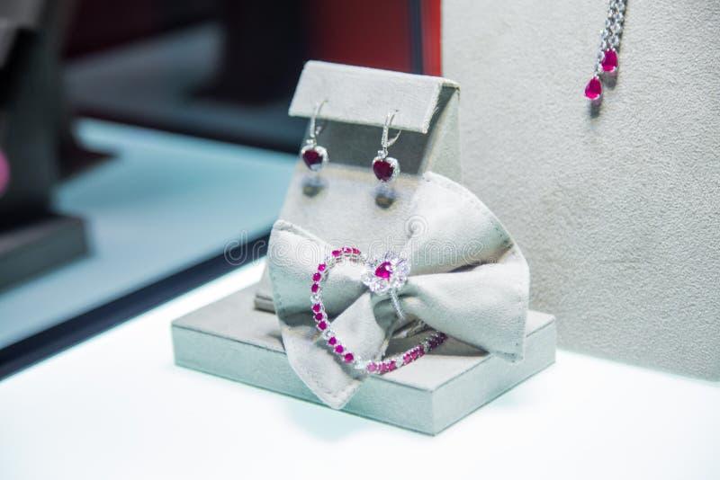 De juwelen plaatsten met kostbare roze stenen: armband, oorringen en ring royalty-vrije stock foto