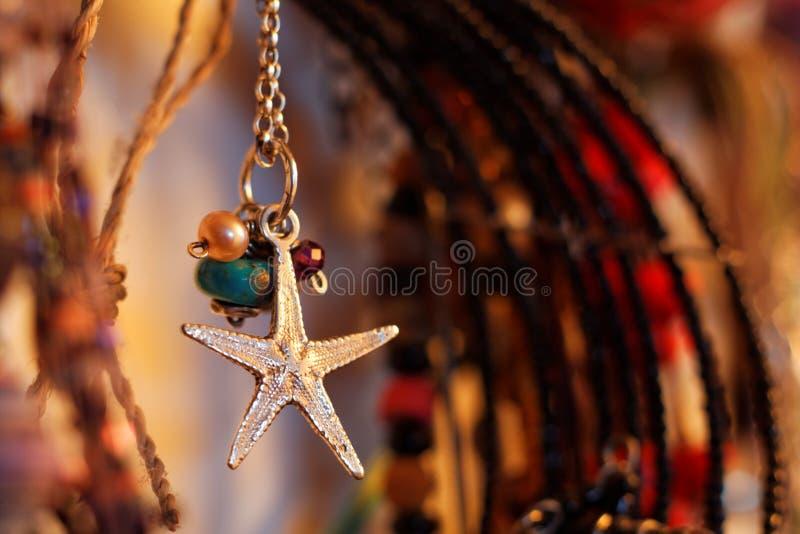 Download De Juwelen Van De Zeesterhalsband Stock Afbeelding - Afbeelding bestaande uit naald, kleur: 54090879