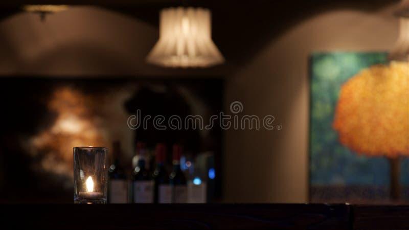 De kaars bevindt zich op de lijst in het gedempte licht in het restaurant royalty-vrije stock foto