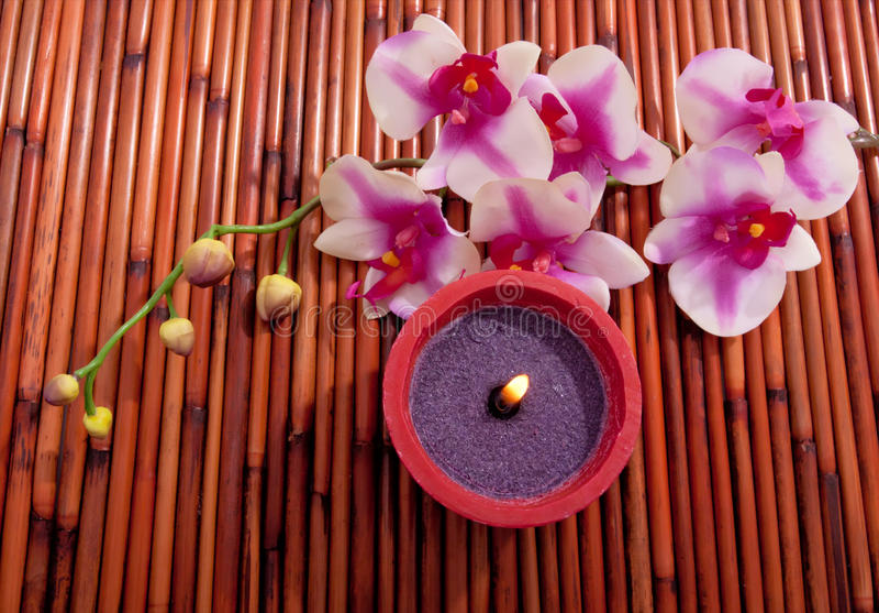 De kaars en de bloem van het kuuroord voor aromatherapy royalty-vrije stock foto's