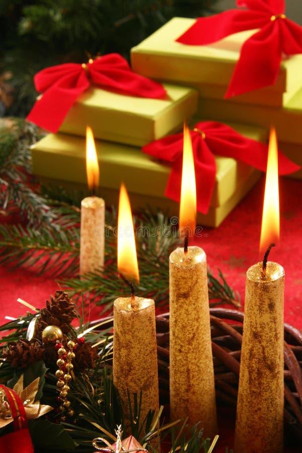 De kaars en de giften van Kerstmis royalty-vrije stock foto