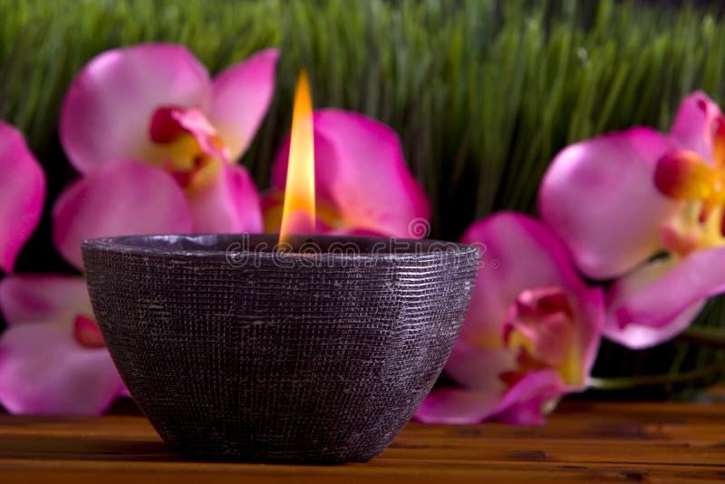 De kaars en de orchideebloemen van het kuuroord royalty-vrije stock afbeelding