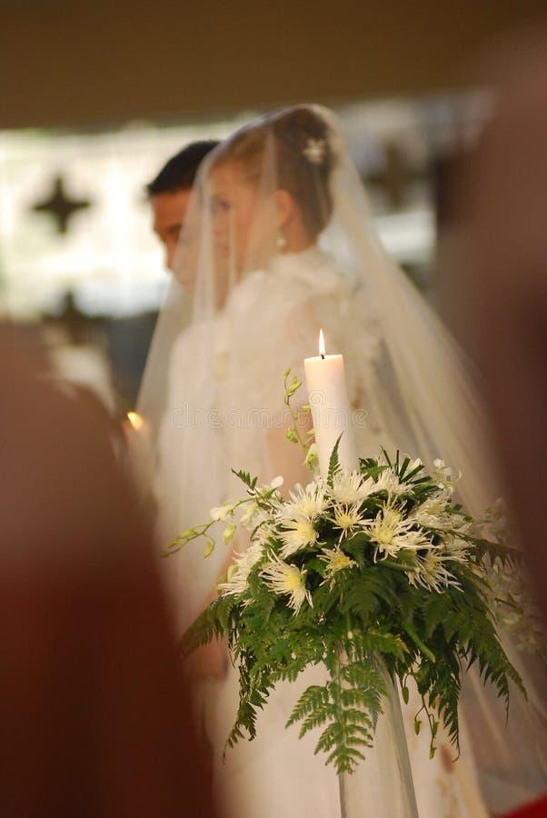 De kaars van de eenheid met bruid en bruidegom bij kerk royalty-vrije stock afbeelding