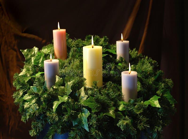 De Kaarsen en de kroon van de vakantie stock foto's