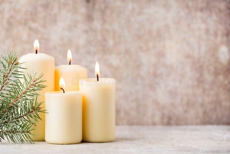 De kaarsen en de lichten van Kerstmis De achtergrond van Kerstmis royalty-vrije stock foto