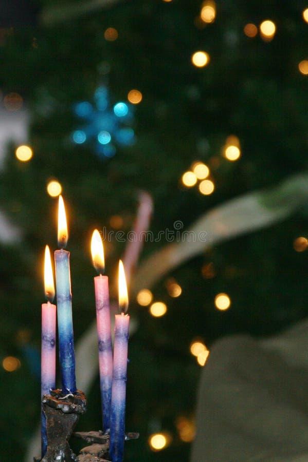 De kaarsen en de vlammen en fonkelen lichten stock fotografie