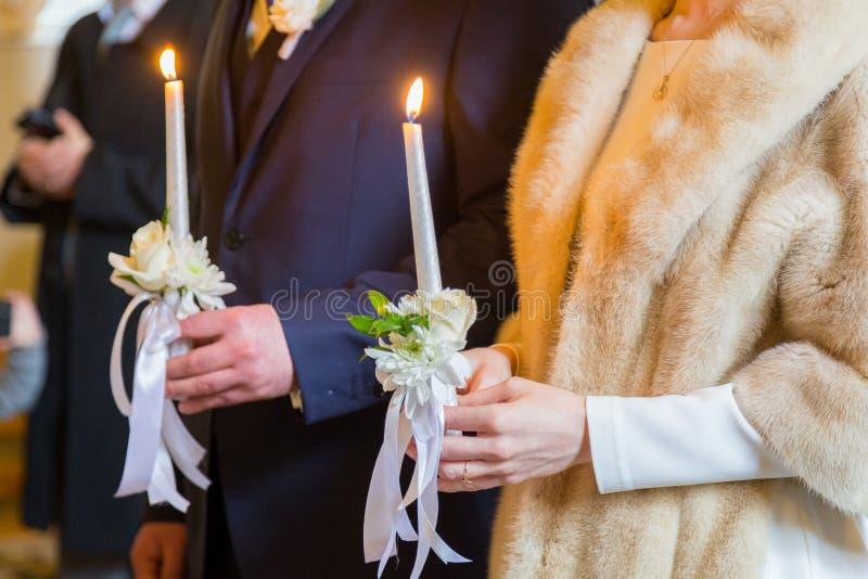 De kaarsen van de bruidholding eremony in kerk Traditioneel ogenblik stock afbeeldingen