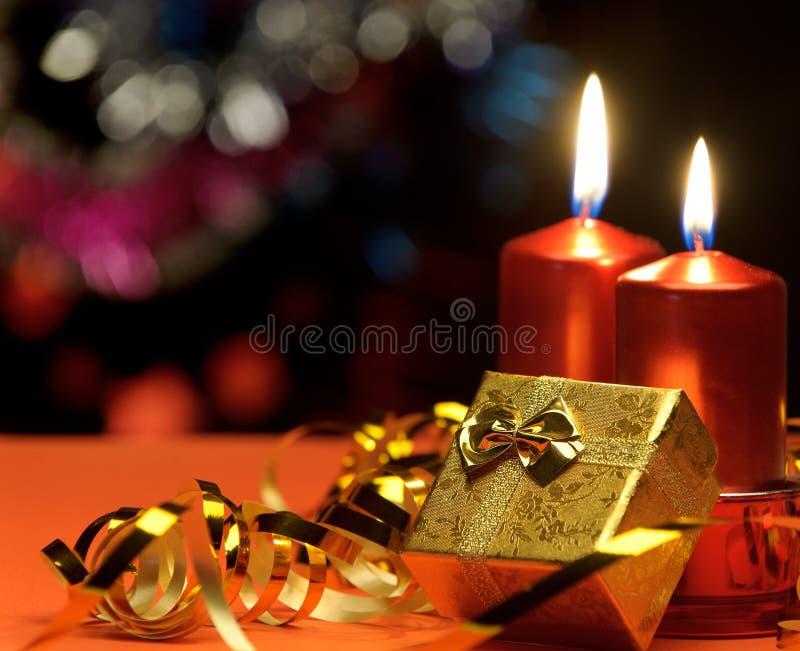 De kaarsen van Kerstmis en giftdozen stock fotografie