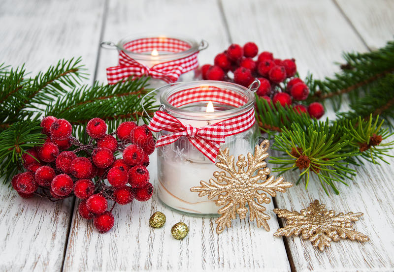 De kaarsen van Kerstmisdecoratie in glaskruiken met spar royalty-vrije stock foto's