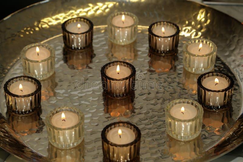 De kaarsen zijn op de lijst royalty-vrije stock afbeelding