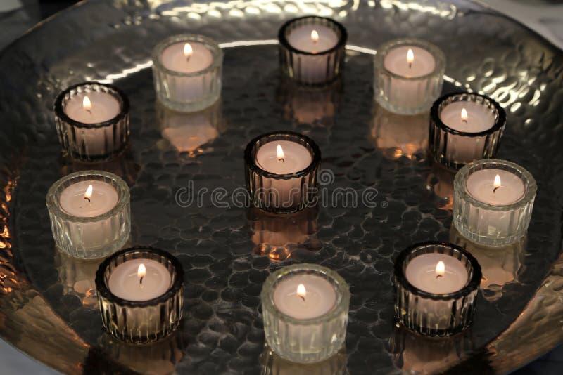 De kaarsen zijn op de lijst royalty-vrije stock foto's